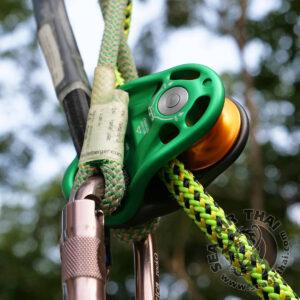 รอกปีนต้นไม้ รอกเดี่ยวสำหรับงานปีนต้นไม้ ทำจากอลูมิเนียม แผ่นข้างรอกมีรูเชื่อมต่ออุปกรณ์ 3 รู ใช้ขึ้นลงต้นไม้ใหญ่ งานตัดแต่งต้นไม้ รุกขกรรม งานกู้ภัย DMM